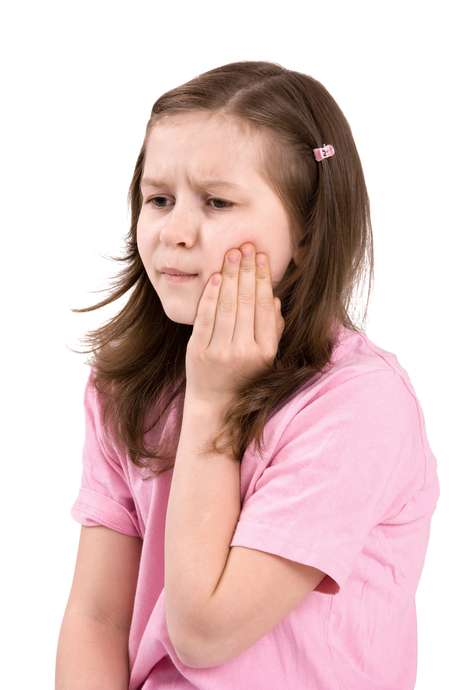 <p>En muchos casos la enfermedad puede producir síntomas como la inflamación de la parótida (o parotiditis), lo que causa hinchazón y dolor local, sobre todo cuando se mastica.</p>