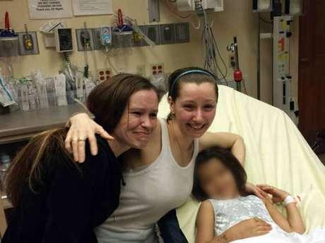 Imagem divulgada pela televisão Woio mostra Amanda Berry (centro) ao lado da irmã (esq.) em hospital de Cleveland