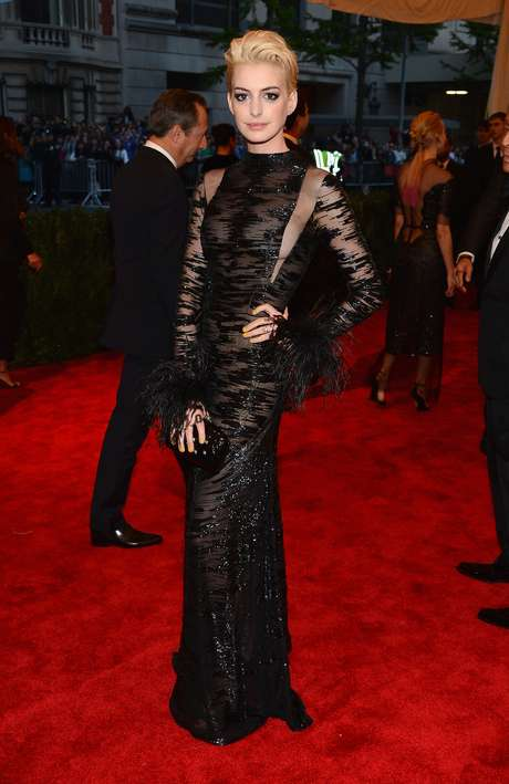 Anne Hathaway presumió nuevo look rubio y dejó ver que no llevaba brasiere en la gala ofrecida en el Metropolitan Museum of Art llamada 'PUNK: Chaos to Couture'