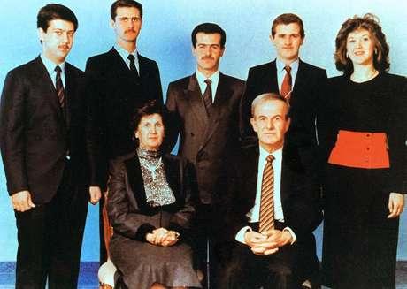 Foto de família dos Assad: Bashar é o segundo nos fundos à esquerda; seu pai, Hafez, é o primeiro à frente à direita; juntos, eles somam mais de 40 anos de governo do Partido Baath na Síria