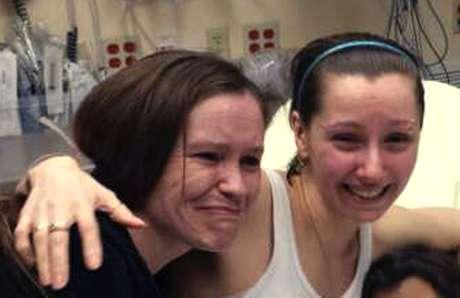 Amanda Berry, derecha, abraza a su hermana Beth Serrano tras reunirse de nuevo en un hospital de Cleveland el lunes 6 de mayo de 2013.