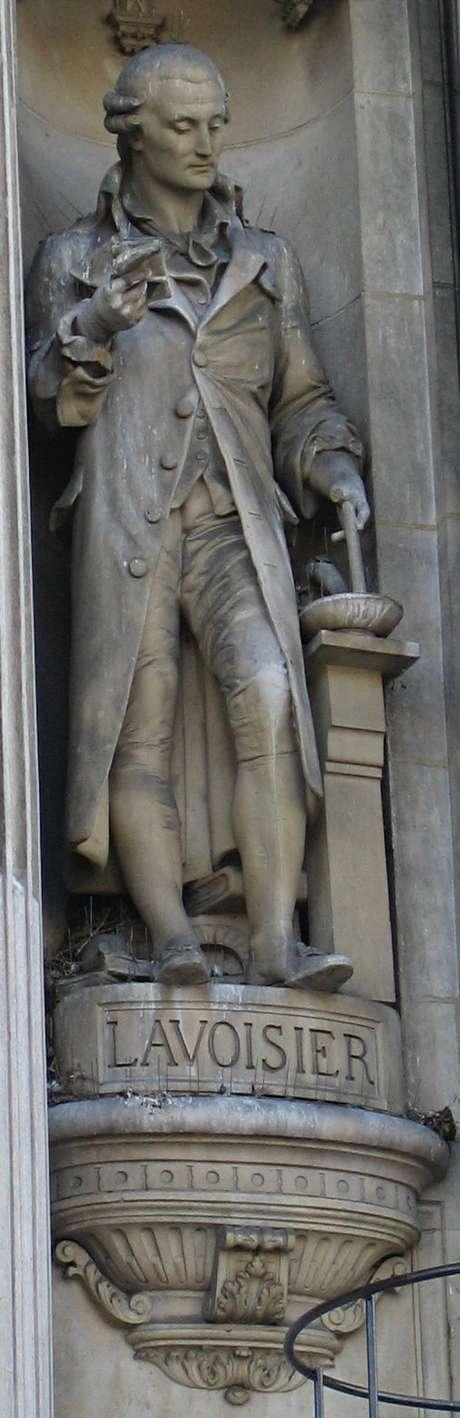 <p>Est&aacute;tua de Lavoisier no H&ocirc;tel de Ville de Paris. Franc&ecirc;s &eacute; considerado pai da qu&iacute;mica moderna</p>