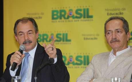 Os ministros da Educação, Aloizio Mercadante (esq.), e do Esporte, Aldo Rebelo, durante lançamento do programa Atleta na Escola