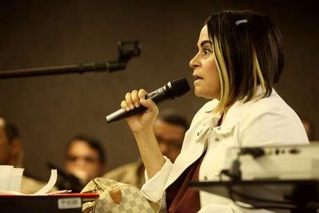 <p>Zélia Maria Maciel de Souza, prima de Suzana Marcolino, depõe como testemunha da defesa</p>