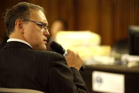 <p>O delegado Alcides Andrade depõe no julgamento dos PMs</p>