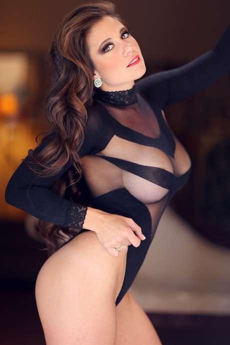 """<p>Las fotos de Sprauer (cuyo nombre artístico era Victoria Valentine James) con escasa ropa, llegaron a las autoridades de la escuela y fue despedida de su cargo. En su Facebookse lo tomó con humor: """"I´m too sexy for my job"""" (""""Soy demasiado sexy para mi trabajo""""), posteó.</p>"""