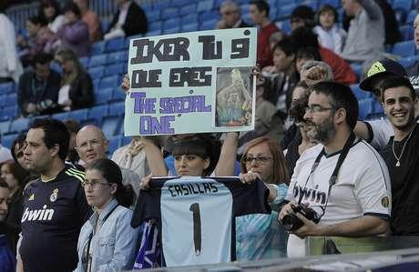 """<p>Torcedora do Real Madrid exibe cartaz em apoio a Casillas em polêmica com Mourinho: """"Iker, você sim que é o 'Special One'""""</p>"""