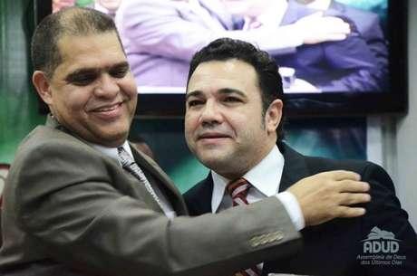 <p>Marcos Pereira (esq.) com o pastor e deputado Marco Feliciano (PSC-SP), que preside a Comissão de Direitos Humanos da Câmara, durante culto na igreja</p>