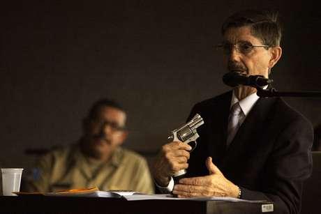 <p>O perito Domingos Tochetto usa um revólver para contestar a tese de suicídio de Suzana Marcolino</p>