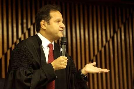 <p>O promotor Marcos Mousinho apresenta os argumentos da acusação nos debates finais</p>