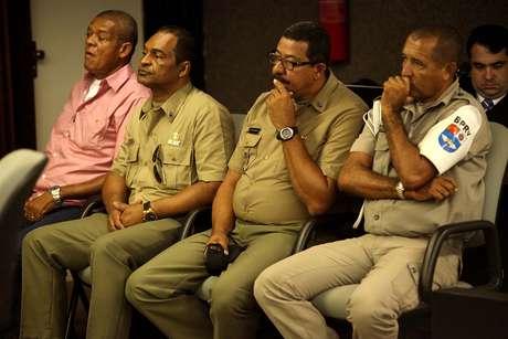 <p>Os réus José Geraldo da Silva, Reinaldo Correia de Lima Filho, Adeildo Costa dos Santos e Josemar Faustino dos Santos acompanham o júri</p>