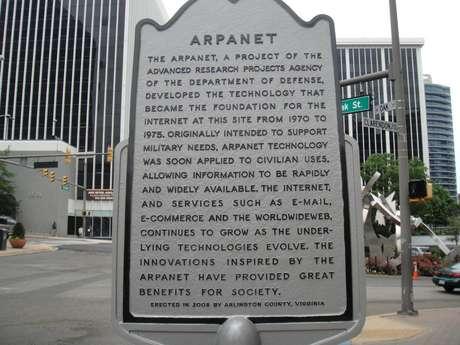 <p><strong>1969. Arpanet, el precursor de Internet. </strong>Fue una creación del departamento de defensa de EEUU, posibilita una breve conexión entre la Universidad de California y el Instituto de Investigación de Stanford.</p>