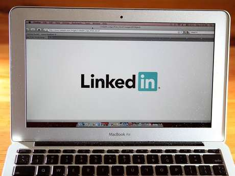 <p>Executivos do LinkedIn dizem que a decis&atilde;o de permitir menores de 18 anos no site est&aacute; relacionada com a entrada das institui&ccedil;&otilde;es de ensino na rede</p>
