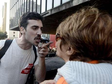 <p>Após a decisão pelo encerramento da paralisação, a direção sindical foi hostilizada e acabou encurralada no caminhão de som, cercado por manifestantes.</p>