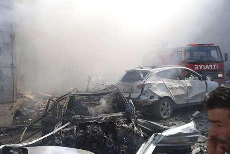 Fumaça sobe após  explosão de carros-bomba na fronteira da Turquia com a Síria