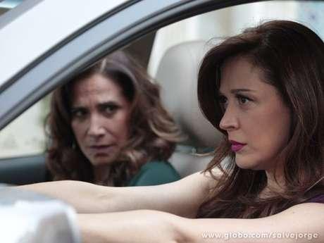<p>Descontrolada, Lívia tenta atropelar o casal</p>
