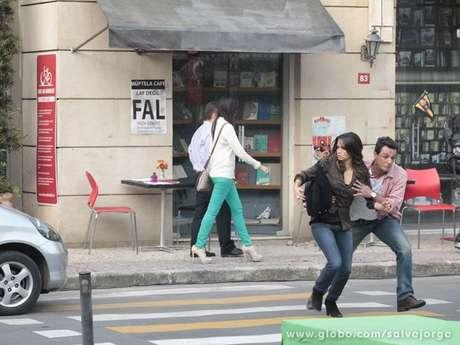 <p>Morena e Théo caminham por Istambul quando sofrem uma tentativa de atropelamento</p>