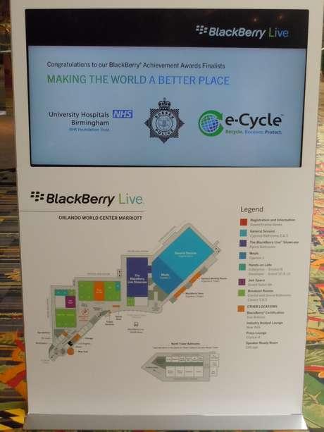 <p>Mapas estão instalados ao longo de duas das quatro torres do Orlando World Center Marriott para guiar os participantes do BlackBerry Live 2013</p>