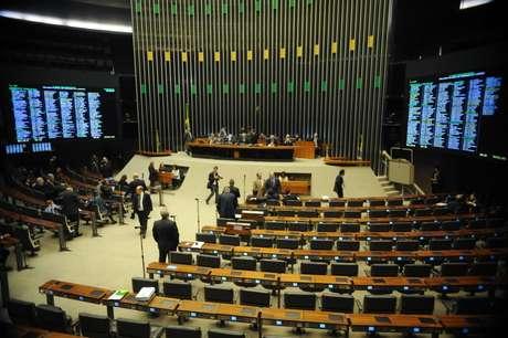 <p>Plenário da Câmara dos Deputados ficou vazio durante sessão extraordinária, convocada para analisar a MP dos Portos</p>