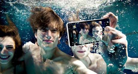 <p>Aparelho pode ficar até 30 minutos debaixo da água</p>