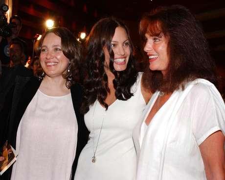 <p>Marcheline Bertrand (izq), madre de Angelina, falleció en 2007</p>