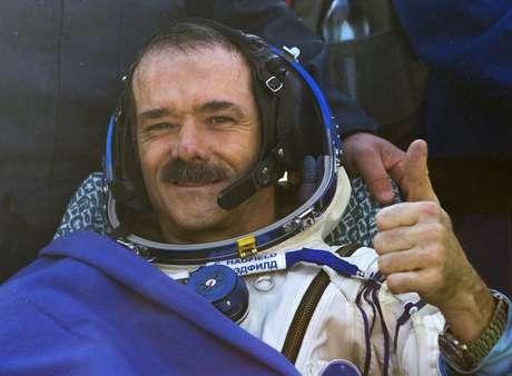 <p>Hadfield ganhou diversos fãs e admiradores com a divulgação de vídeos que mostram como é viver no espaço. Em um, por exemplo, mostra como os astronautas fazem para cortar as unhas</p>