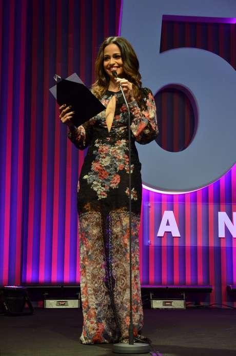 <p>A atriz Nanda Costa escolheu uma peça de fundo preto, com rendas e bordados e decote profundo na frente. Na região das pernas, os bordados ficam mais claros e chegam a lembrar pernas de um macacão. Fora isso que está comprido demais. Sabe aquela história do menos é mais? Pois cairia como uma luva aqui</p><p></p>