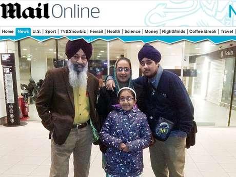 Imagem mostra a menina (centro) com os familiares