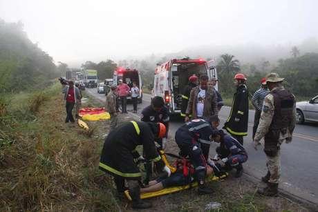 <p>Acidente grave deixa 10 mortos ap&oacute;s &ocirc;nibus capotar na manh&atilde; desta quarta-feira, na BR-101, na Bahia</p>