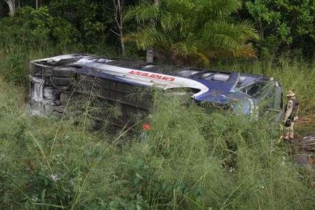 <p>O ônibus saiu da pista e capotouna BR-101, no sul daBahia</p>