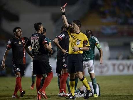 <p>Aguilar foi expulso no segundo tempo e deixou o Palmeiras com um jogador a mais; &aacute;rbitro foi bastante criticado</p>