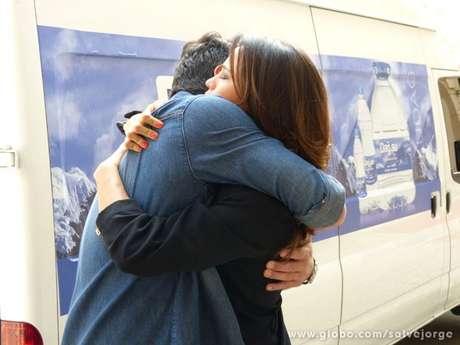 <p>O casal se emociona ao se despedir</p>