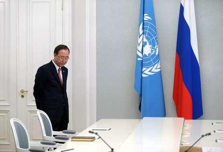 Ban Ki-moon chega para participar da entrevista coletiva junto de Putin, em Sochi