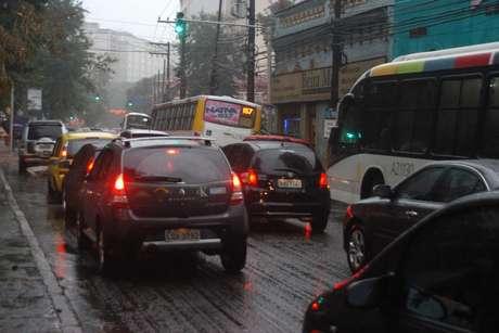 Chuva forte fecha Aeroporto Santos Dumont e complica trânsito no Rio de Janeiro nesta sexta-feira