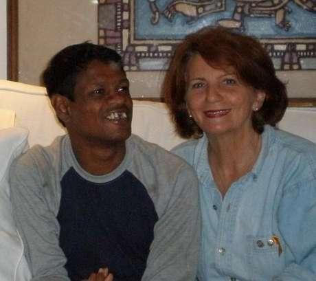 Sujit Kumar, o garoto-galinha, e Elizabeth Clayton, a australiana que o adotou