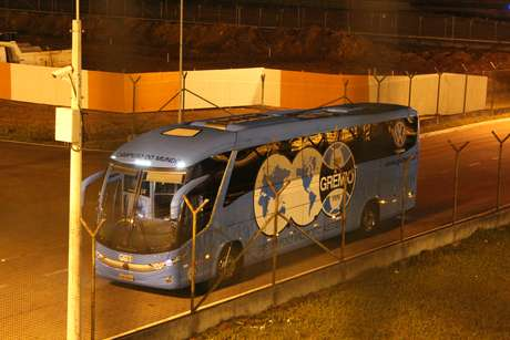 Os jogadores saíram por uma saída alternativa, e ainda no pátio do aeroporto subiram no ônibus e deixaram o local sem contato algum com a torcida