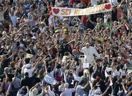 <p>Cerca de 200 mil membros de movimentos religiosos se reuniram para ouvir o Papa Francisco neste domingo para um encontro de Pentecostes organizado pelo ministério para a Nova Evangelização</p>
