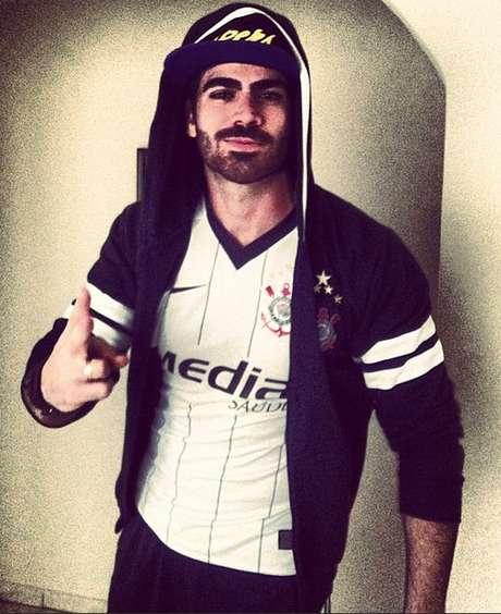 """<p>Famosos torcedores do Santos e do Corinthians postaram nas redes sociais fotos na torcida por seus times do coração. """"Essa camisa é de quando disputamos a segunda divisão. De lá pra cá, só títulos e glórias! Minha camisa da sorte! VAI CORINTHIANS!"""", postou o ex-BBB Rodrigão</p>"""