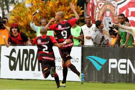 Dinei marcou o gol do Vitória no empate por 1 a 1 com o Bahia