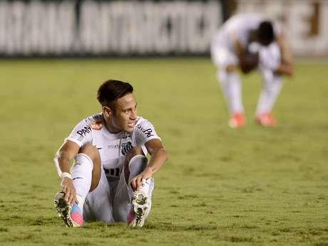 <p>Neymar sucumbiu diante do Corinthians em sua última final pelo Santos, disputada em maio; rival tirou três títulos do camisa 11</p>
