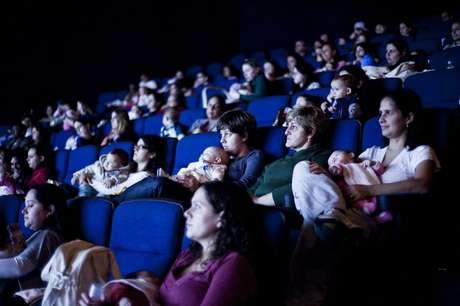 <p>Mães de bebês de 0 a 18 meses se reunem na sessão do CineMaterna</p>