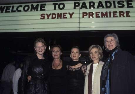 Penne (segunda da direita para a esquerda) posa com outros atores australianos em foto de 1997