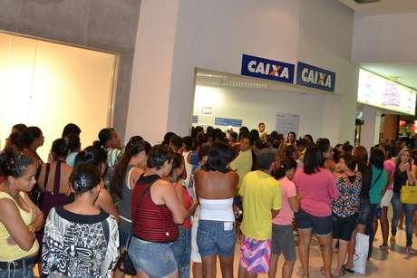 <p>Boato sobre fim do Bolsa Família gerou filas na Caixa Econômica Federal no município de Itabuna (BA) na madrugada de segunda-feira</p>