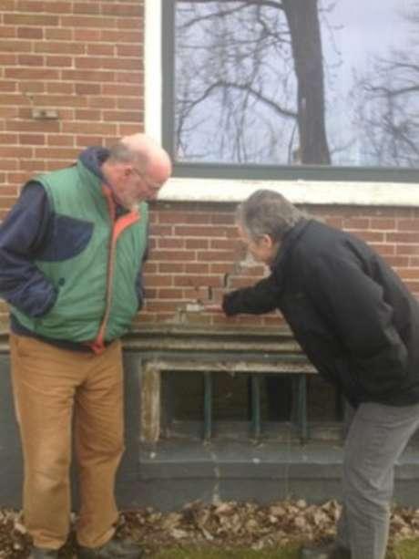 Klaas Koster e Jannette Schoorl mostram a rachadura na parede de sua casa em Middelstum