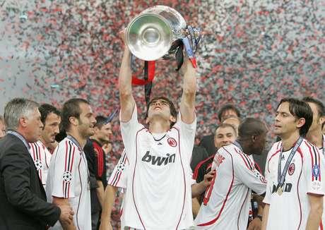 Kaká levanta troféu da Liga dos Campeões de 2007