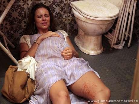 Paloma (Paolla Oliveira) dará à luz no banheiro de um boteco de São Paulo