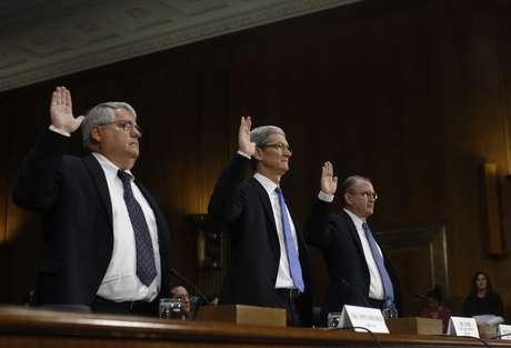 O CFO da Apple, Peter Oppenheimer, o CEO Tim Cook e o chefe de ioperações de impostos Philip Bullock fazem juramento antes de depôr no Senado dos EUA