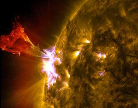 <p>Explosão de material solar é registrada nesta erupção proeminente, em imagem divulgada pela Nasa neste mês</p>