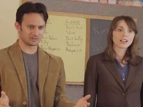 Nos vídeos, dois atores explicam assuntos complexos para crianças de 5 anos