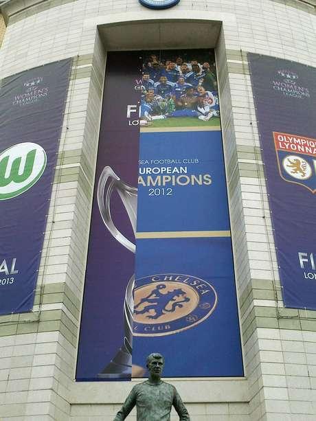 Os últimos indícios do Chelsea campeão da Liga dos Campeões estão sumindo em Stamford Bridge: o clube inglês receberá a final da competição europeia feminina, e os cartazes em Stamford Bridges estão sendo substituídos, para nostalgia dos torcedores